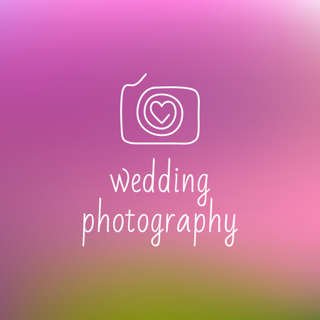 icon with the image of the camera, the heart. Contour plots. Wedding photography, wedding photo studio.  Blurred background Vettoriali