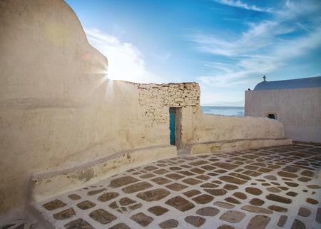 Mykonos streetview with sun and blue sky, Greece 版權商用圖片