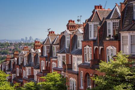 hilera: Casas de ladrillo en una foto panorámica de Muswell Hill, Londres, Reino Unido