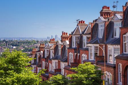 Bakstenen huizen van Muswell Hill en panorama van Londen met Canary Wharf, Londen, UK