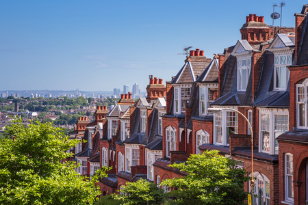 in row: Casas de ladrillo de Muswell Hill y panorama de Londres con Canary Wharf, Londres, Reino Unido Foto de archivo