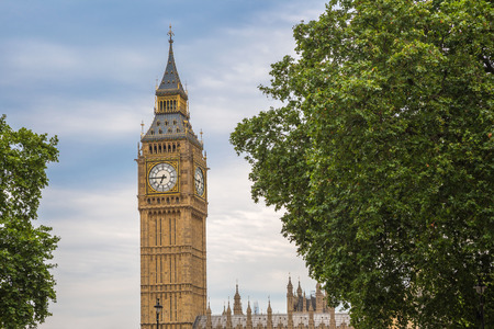 The Big Ben with trees, London, UK 版權商用圖片