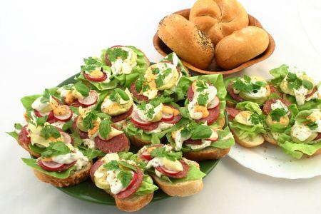 Dulce primavera sandwiches juntos en las placas junto a breadrolls  Foto de archivo - 664591