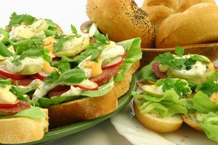Cerrar en la primavera fresca sabrosos s�ndwiches con bedrolls a fondo  Foto de archivo - 664586
