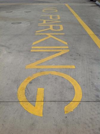 no parking: Aucun message de stationnement peint sur le sol