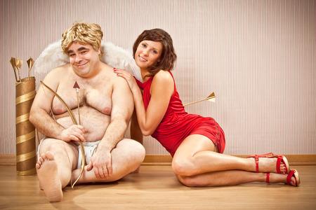 mujer fea: hermosa mujer en el amor con Cupido licitaci�n para el d�a de San Valent�n Foto de archivo