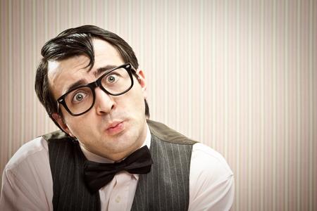 maldestro: uomo Nerd espressione divertente da vicino