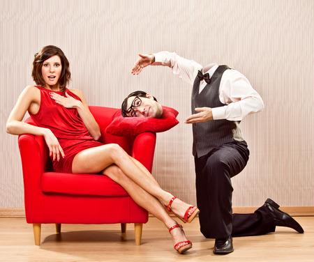 面白いバレンタインデーのためのオタク彼氏男ロマンチックな与える美しい愛の女性に彼の頭を切る