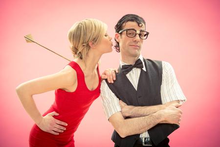 mujer fea: Nerd hombre mujer novio que conseguir el amor por la flecha de Cupido para el día de San Valentín Foto de archivo