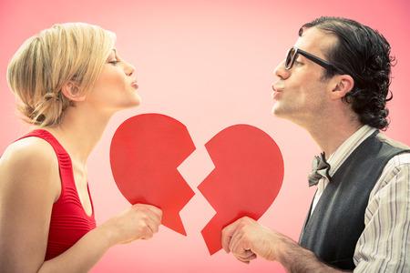 casal: Nerd homem namorado beijar seu amor retrato namorada com cora