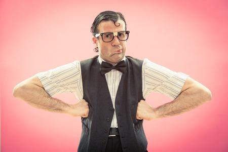 maldestro: Nerd uomo con gli occhiali ritratto su rosa Archivio Fotografico