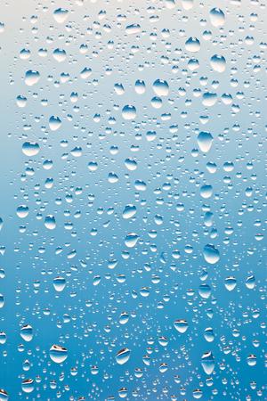 condensacion: gotas de condensación sobre el vidrio con el backgroung azul