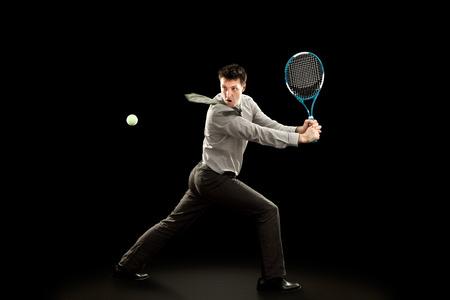 Sport d'affari gioca a tennis su sfondo nero