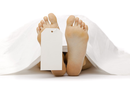 dead body feet with card autopsy isolated on white Standard-Bild