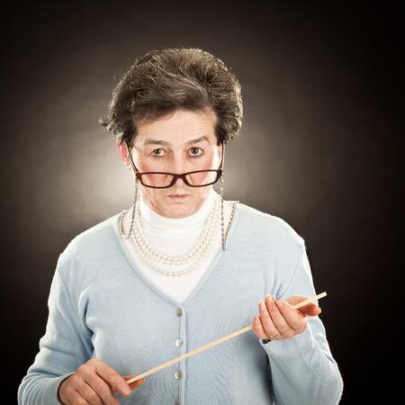 黒に分離されたメガネで古い厳しい先生