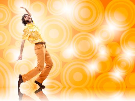 オレンジ色の背景と 1970 年代ビンテージ男ダンス