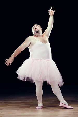 黒い背景に面白い脂肪古典的なダンサー