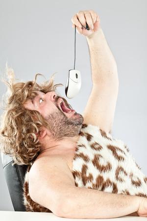 hombre prehistorico: feo hombre prehistórico grosero que come un ratón
