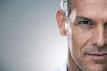 stattlicher Mann mit Porträt Hemd auf grau isoliert