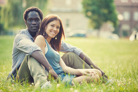 joven multiétnica par divertirse juntos en el parque