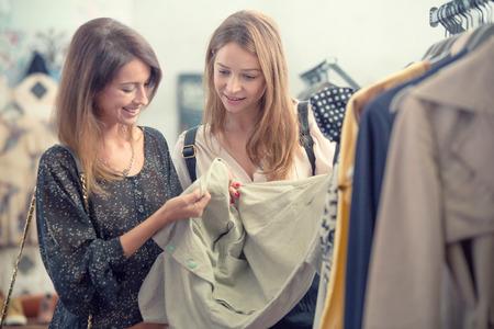 ropa de verano: Dos amigos sonriendo disfrutar de la tienda de ropa Foto de archivo