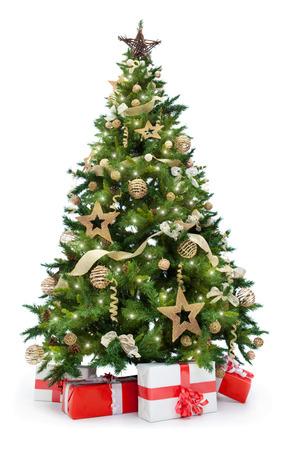 Kerstboom met verlichting en gaven op een witte