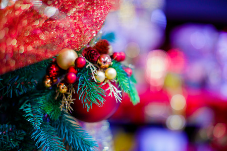 smooth: Red hanging ball ornament for Christmas tree. Shiny light flare Merry Xmas decoration background with copy space for text message or logo.   Social or digital post card Seasons greetings