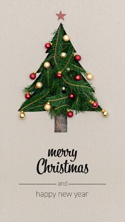 Frohe Weihnachten und ein glückliches neues Jahr Grüße in vertikaler Draufsichtkarton mit natürlicher, ökoverzierter Weihnachtsbaumkiefer. Weihnachtswinterferienzeitporträt-Social-Media-Kartenhintergrund
