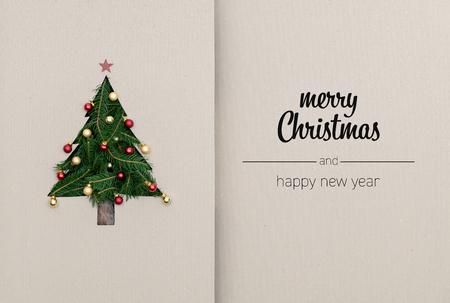 Feliz Navidad y feliz año nuevo saludos en cartón de vista superior vertical con pino de árbol de Navidad decorado ecológico natural.Concepto de ecología.Fondo de tarjeta de redes sociales de temporada de vacaciones de invierno de Navidad