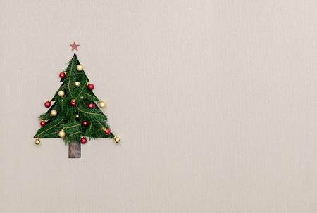 Tekst of lege kopie ruimte in verticaal bovenaanzicht karton met natuurlijke eco versierde kerstboom pine.Xmas winter vakantie seizoen partij sociale media kaart achtergrond