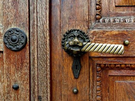 Oude deur greep op bruine oude houten deur Stockfoto