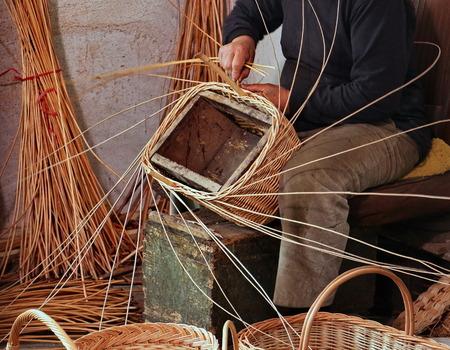 바구니를 만드는 동안 숙련 된 장인