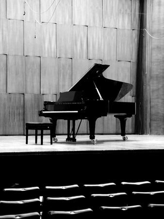 Piano de cola negro en el escenario