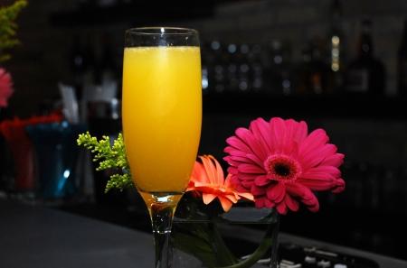 bebidas alcoh�licas: flores, que adornan el bar y cava