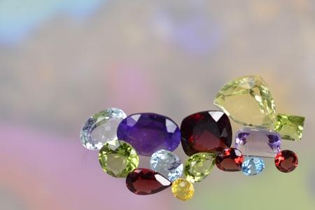 piedras preciosas: Un mont�n de gemas de colores sobre un fondo pastel
