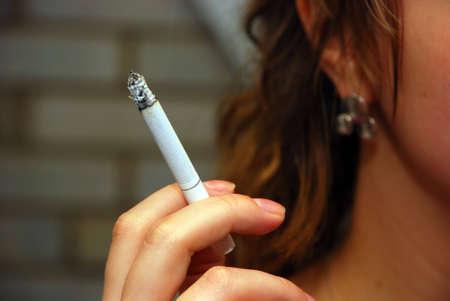 fille fumeuse: Femme de fumer avec la cigarette entre les doigts