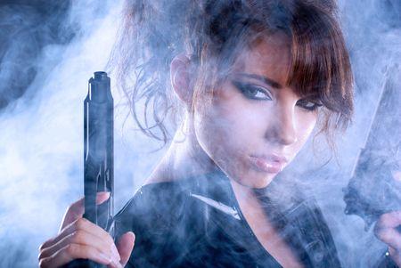 bodyguard: Sexy mujer con arma de fuego con humo Foto de archivo