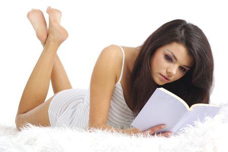 woman bed: Una mujer atractiva joven acostado en la cama con un libro Foto de archivo