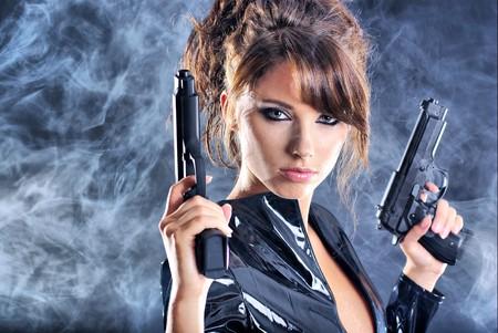 fusils: belle fille sexy exploitation gun. arri�re-plan de fum�e
