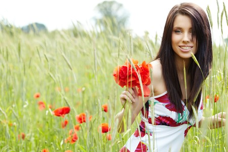 poppy field: Zomer meisje uitgevoerd in papaver veld