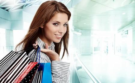 centro comercial: Hermosa mujer de compras en un centro comercial de sorteo