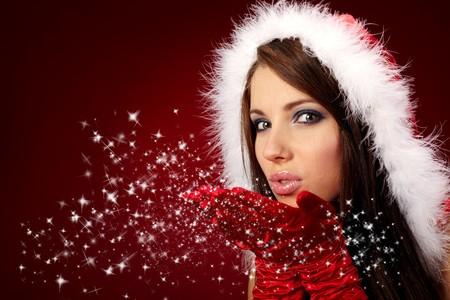 claus: Retrato de una hermosa chica sexy con atuendos de santa claus sobre fondo rojo