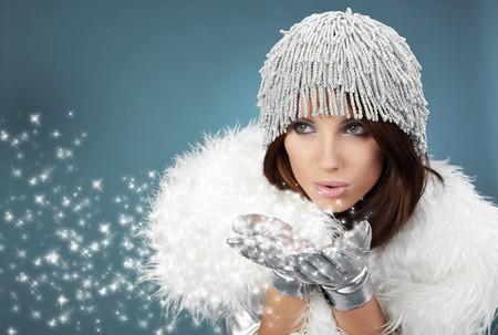 sexy christmas elf: Attracive ragazza in panno di santa soffia neve dalle mani.  Archivio Fotografico