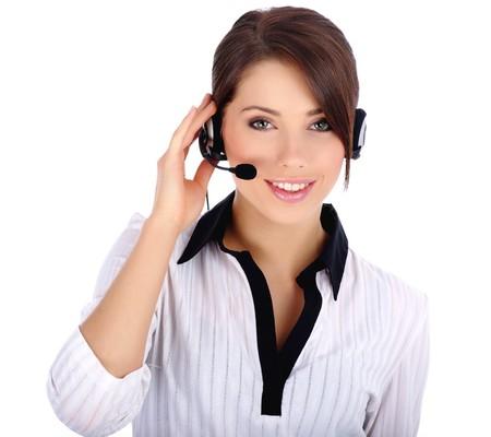 call center agent: Bella rappresentante clienti con auricolare sorridente durante una conversazione telefonica  Archivio Fotografico
