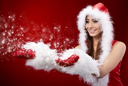 sexy christmas elf: giovane donna di Natale azienda star su sfondo rosso