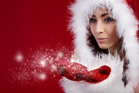 sexy santa m�dchen: Foto von Fashion Christmas Girl blowing Schnee.  Lizenzfreie Bilder