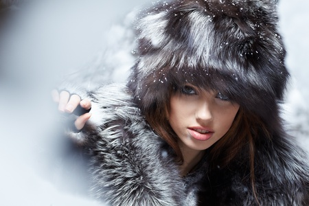 fur coat: Beautiful and sexy woman in snowy winter outdoors