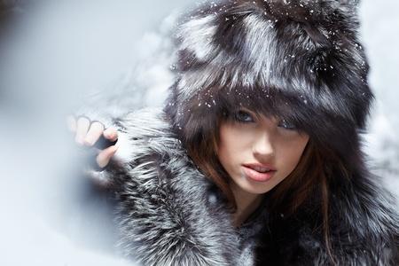 bontjas: Mooi en sexy vrouw in snowy winter outdoors