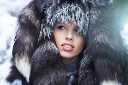 Joven y bella mujer en bosque de invierno  Foto de archivo - 8704822