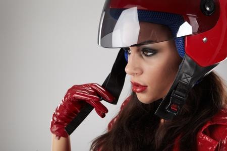 Das schöne Mädchen mit einem Motorradhelm